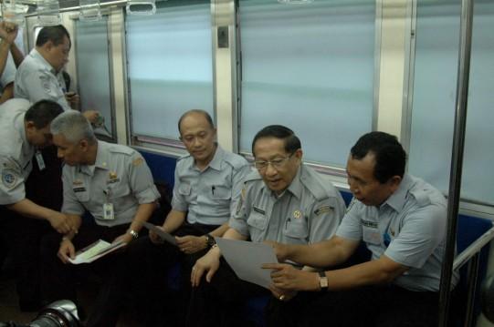 Pejabat Menikmati Gerbong KRL Kosong